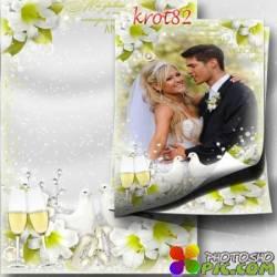 Цветочная фоторамка для свадебного фото с голубями и бокалами шампанского